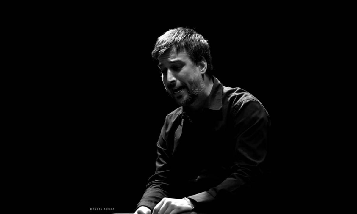 Profesor Agustin Garnes cantando